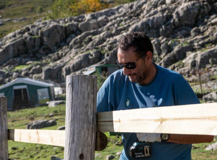 L'équipe régie du Parc naturel régional de Corse aux petits soins pour le confort des randonneurs