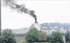 Un bateau sature le ciel de la ville de fumées noires