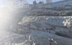 Des rochers aux pieds de la Citadelle tagués en bleu