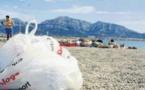 Sur le sable des plages, c'est la guerre des déchets