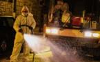 La ville lutte contre le virus en désinfectant ses ruelles